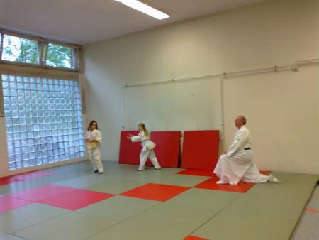 Neue Gelbgurtträgerin Jessika von Renner (Mitte) mit Sammy und ihrem Trainer Horst